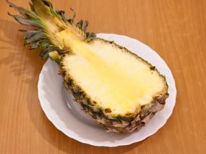 делим ананас