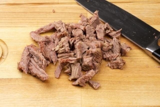 Отварную говядину нарезать соломкой