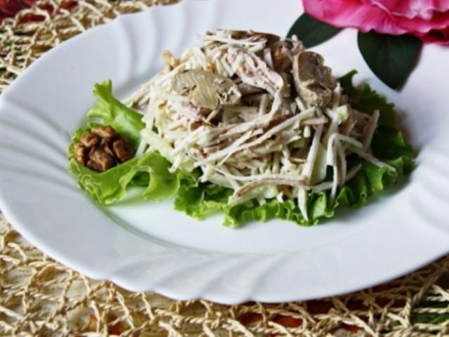 Салат из сельдерея и курицы с грецкими орешками