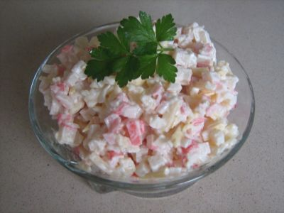 Салат из сыра с крабовыми палочками