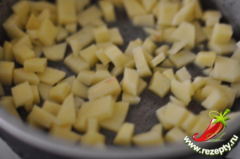 Картофель нарезать кубиками, обжарить 5 минут на масле (50 г)