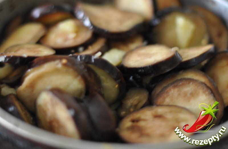Баклажаны добавить к картофелю, обжарить ещё несколько минут до полуготовности