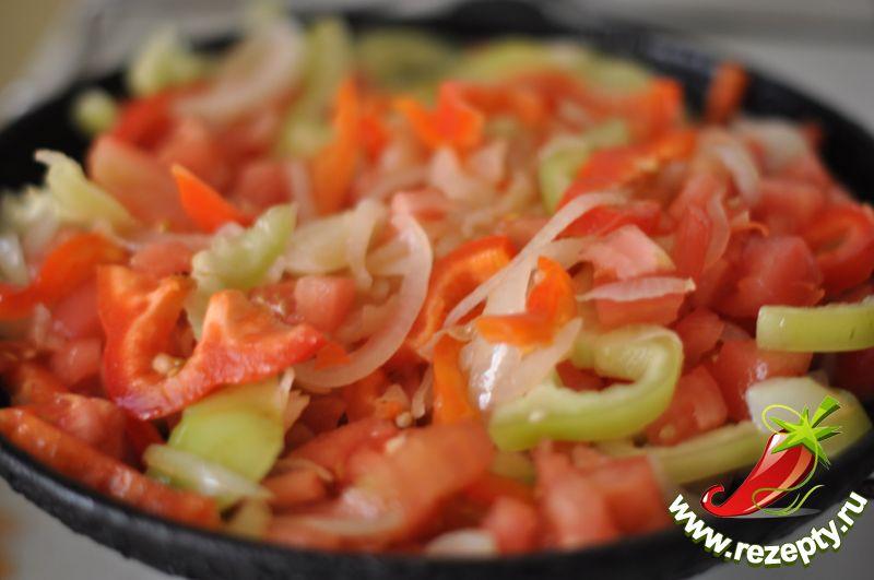 К луку добавить нарезанный полукольцами сладкий перец и кусочки помидоров без кожуры, тушить 5-7 минут, выложить в кастрюлю к баклажанам