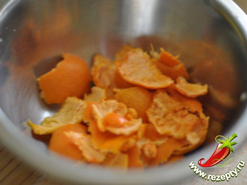 Мандарины очистить от кожуры, которую не стоит выбрасывать: высушенные мандариновые корочки пригодятся для приготовления согревающих зимних напитков - глинтвейна и глогга