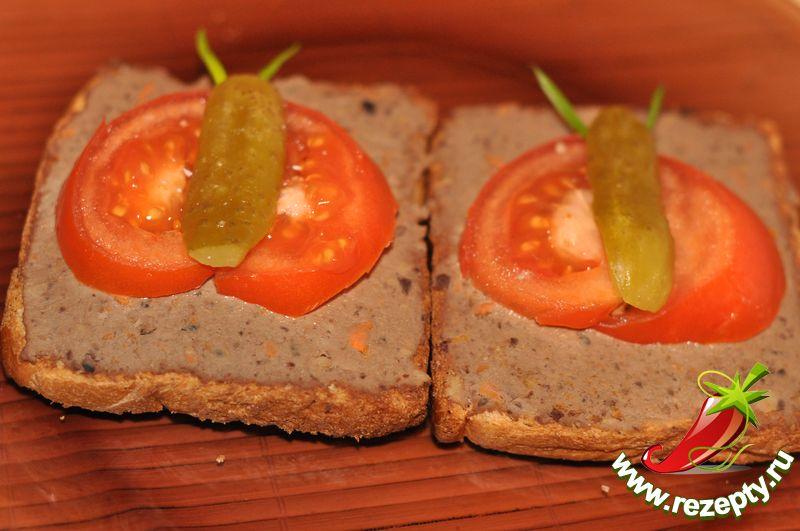 Бутерброд с паштетом из гусиной печени