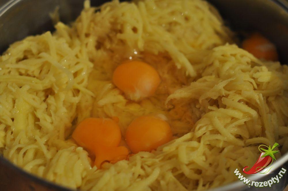 Добавляем яйца в драники