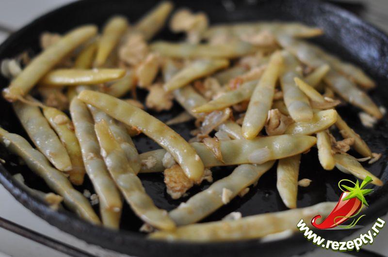 Влить соевый соус по вкусу, перемешать, тушить ещё 5 минут
