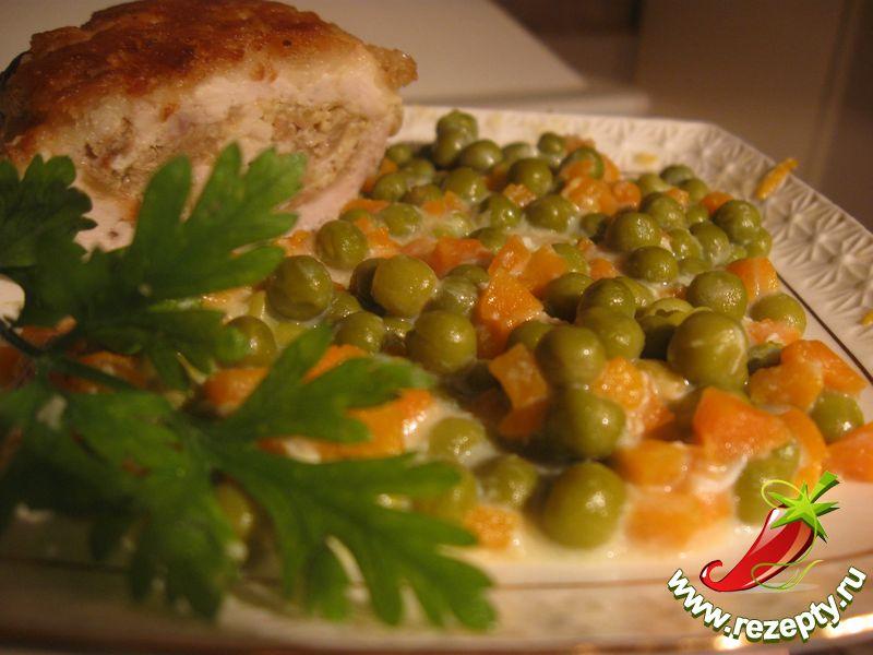 Зелёный горошек с морковью в молочном соусе