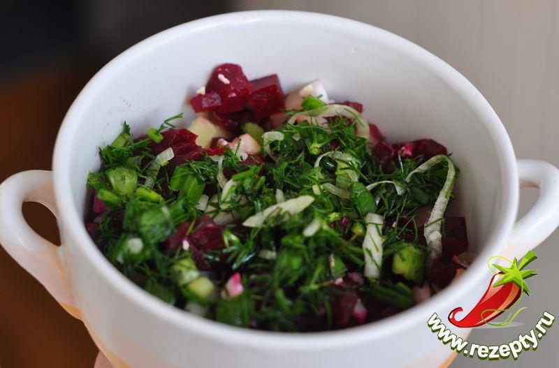 Разложить по тарелкам, влить отвар, посолить, добавить лимонный сок и сметану по вкусу