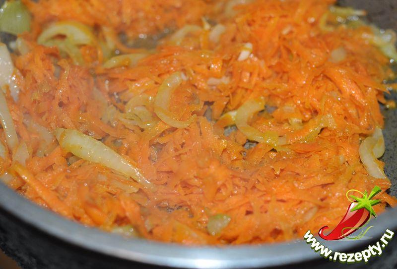 Морковь натереть на крупной тёрке, добавить к луку, обжарить 2-3 минуты