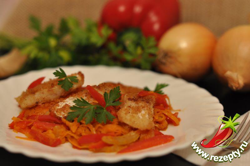 Выложить кусочки рыбы и овощной гарнир на блюдо и подавать