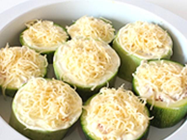 Сыр, тертый с фаршированными кабачками