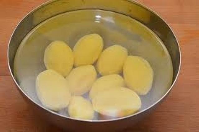 Обмоем картофель