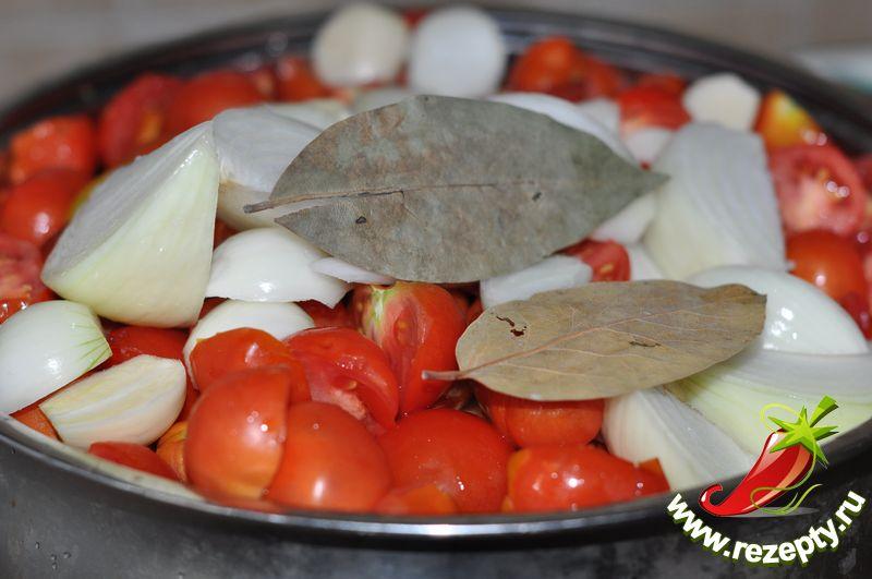 Добавить 200 г лука, 2-3 зубка чеснока, лавровый лист, соль