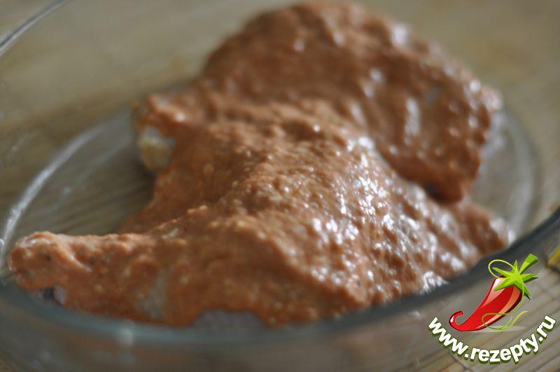 Окорочка выложить в смазанную сливочным маслом форму, густо полить полученным соусом, поставить в духовку