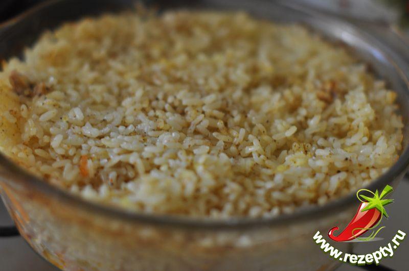 Тушить, не накрывая крышкой, около часа, периодически проверяя готовность риса и выпаривание воды