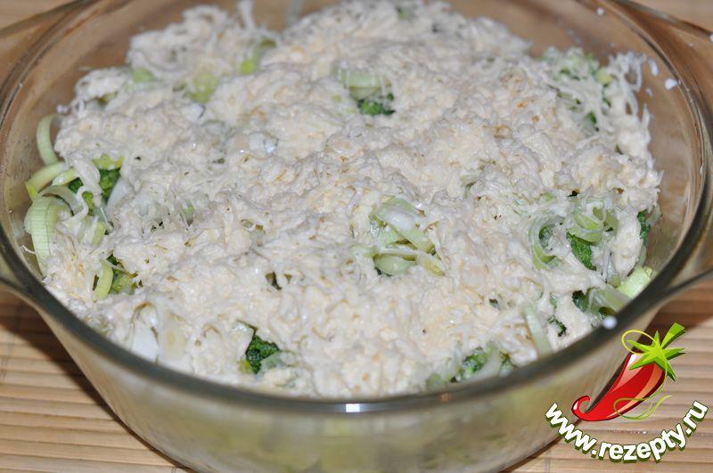 Сыр натереть на средней тёрке, соединить со сливками, вылить на запеканку