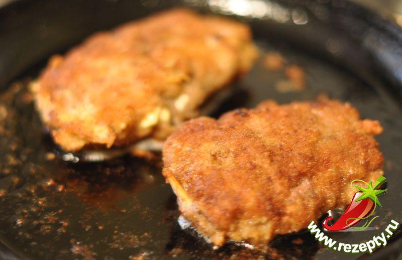 Обжаренное мясо довести до готовности в разогретой духовке