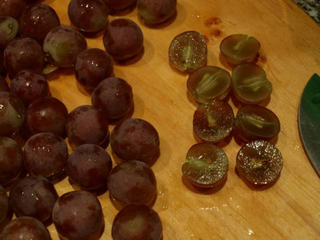 Отделяем виноград