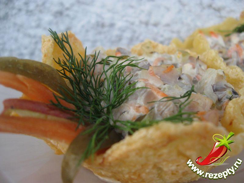 Выложить начинку в готовые сырные корзиночки и подавать к столу