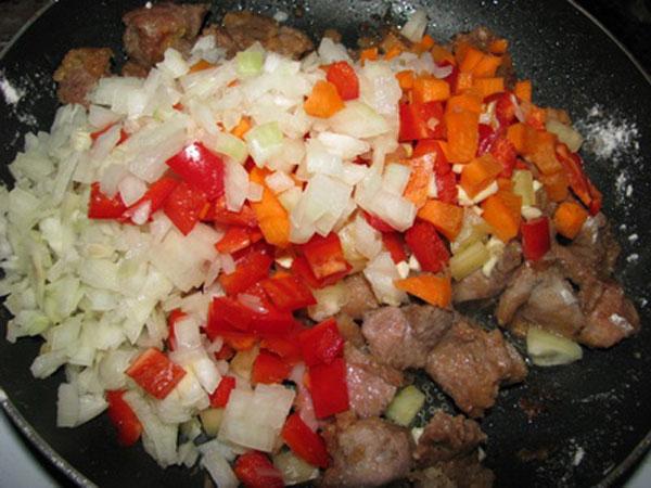 Овощи высыпать в мясо