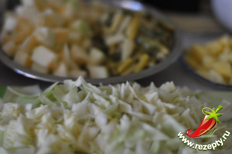 Картофель, фасоль, кабачок и капусту нарезать более крупными кусочками