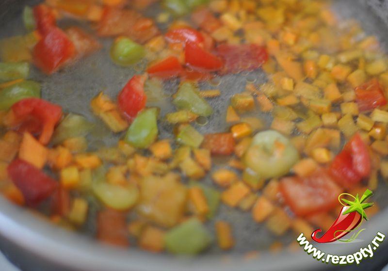 Mорковь и болгарский перец протушить в небольшом количестве воды