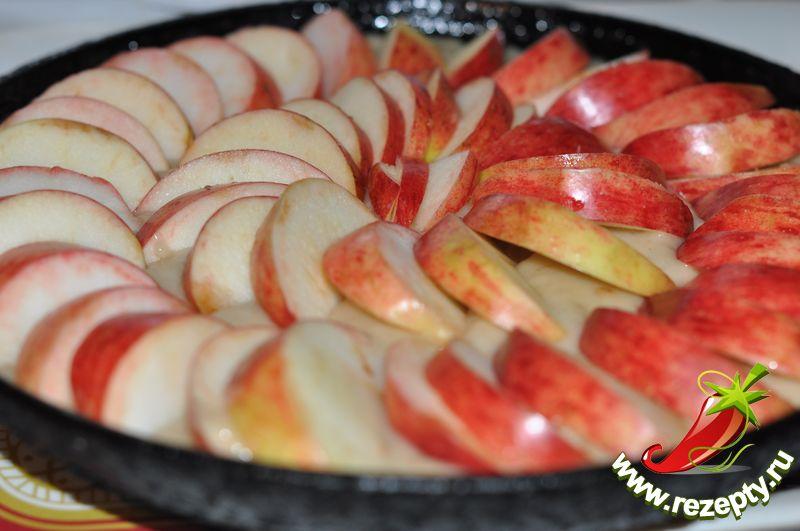 Сверху выложить нарезанные кусочками яблоки