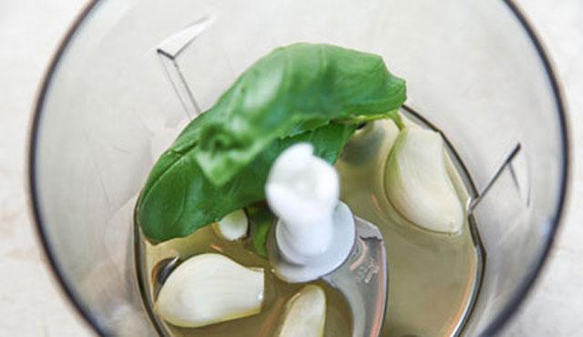 Приготовить заливку  с базиликом