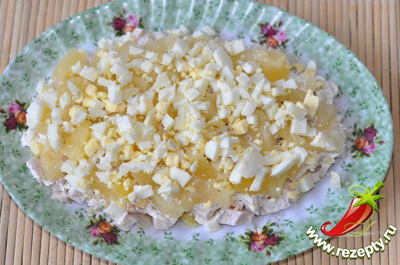 Салат с курицей и ананасами и яйцом рецепт с пошагово