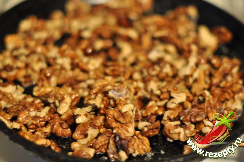 Грецкие орехи немного обжарить на сливочном масле, убрать со сковороды