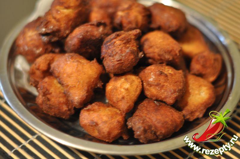 Готовое печенье выложить на салфетку, остудить и посыпать сахарной пудрой