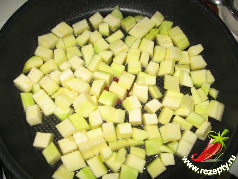 Кабачок моем, чистим и режем кубиками. На сковородку наливаем подсолнечное масло.  Ставим на слабый огонь и высыпаем кабачки. Солим по вкусу.