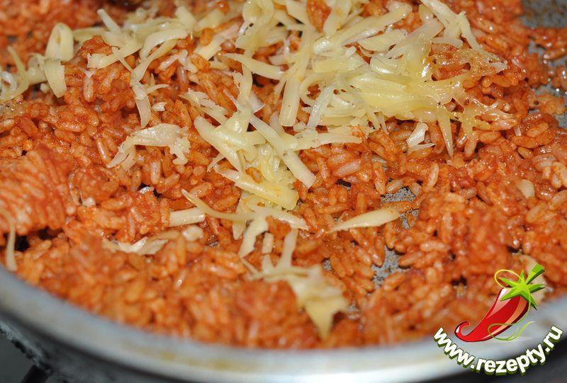 Добавить томатный соус, слегка обжарить, посыпать тёртым сыром и подавать