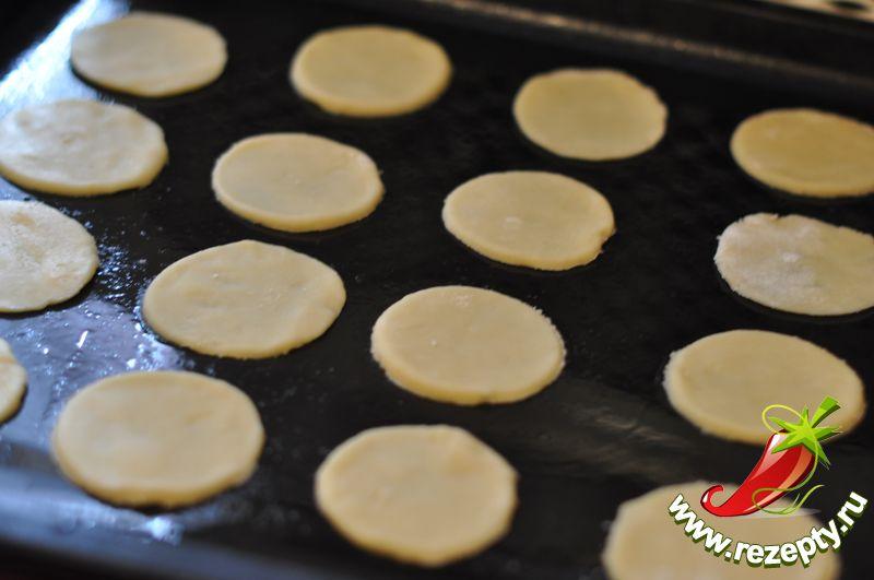 Раскатать тесто в пласт толщиной 3 см, вырезать кружочки