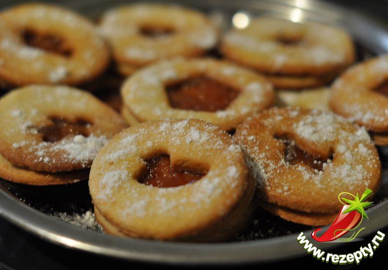 Сверху готовое печенье посыпать сахарной пудрой