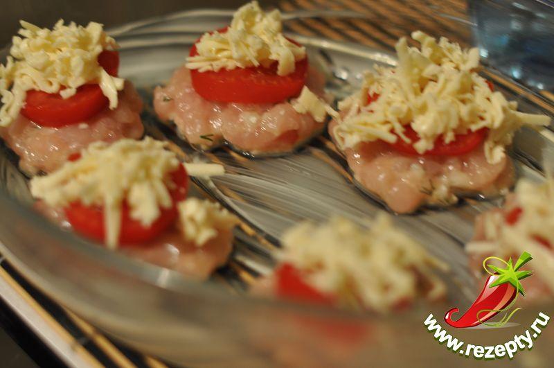 Посыпать сыром, полить сметаной или майонезом