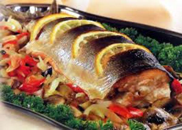 Рыба  запеченая в фольге   на блюде