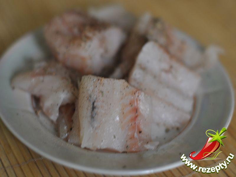 Рыбу нарезать небольшими кусочками, немного посолить, посыпать перцем или смесью специй для рыбы. Оставить на 10-15 минут