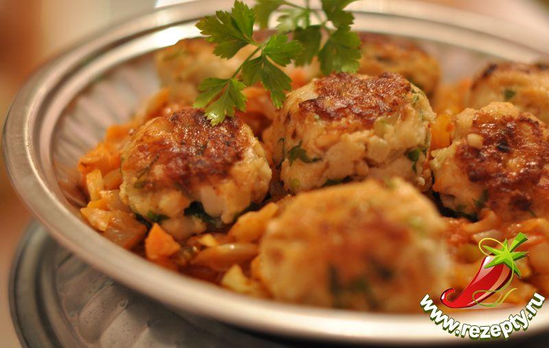Рыбные биточки с овощным соусом
