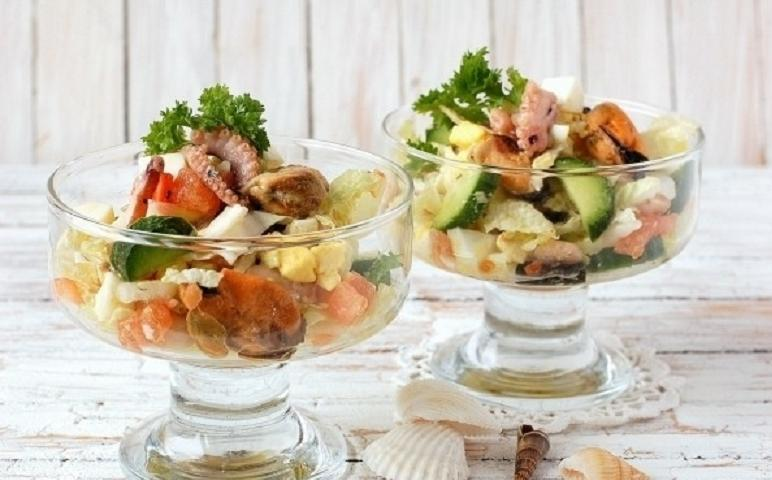 Морской коктейль салат в креманках