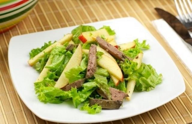 Тёплый салат из куриной печени с яблоком