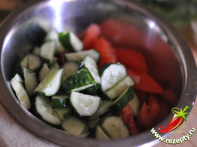 Огурцы и помидоры нарезать ломтиками