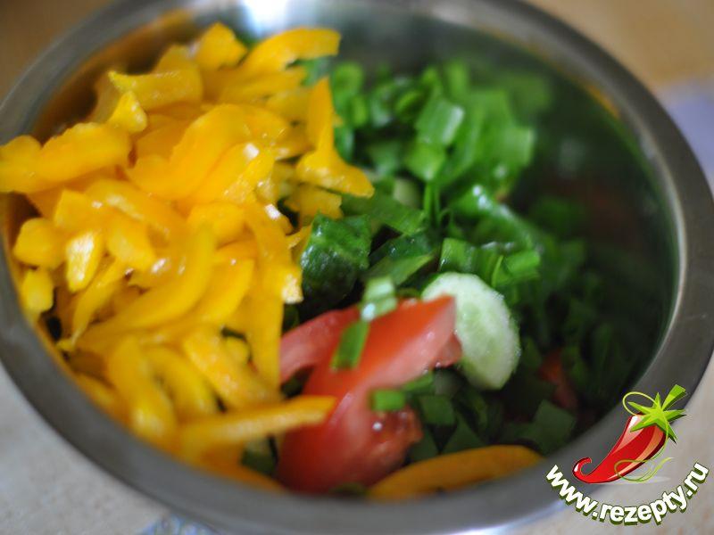 Добавить к овощам нарезанный соломкой перец