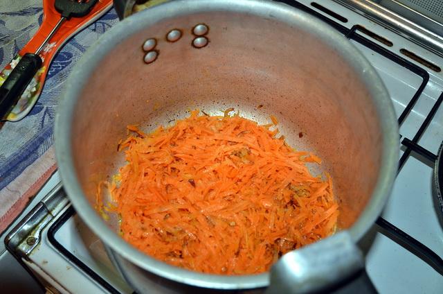 Тушим морковь