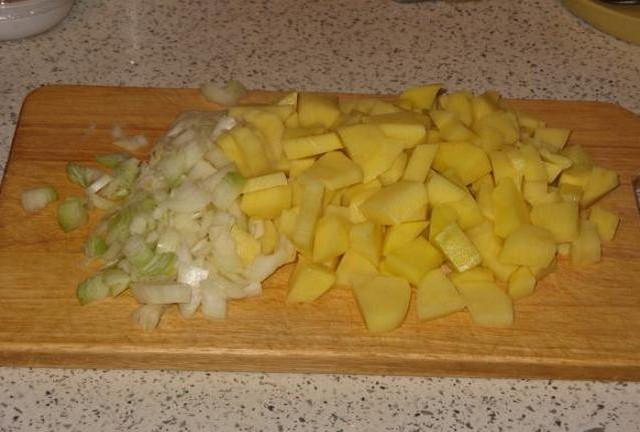Режем лук и картофель