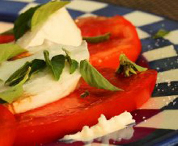 Режем помидоры и зелень