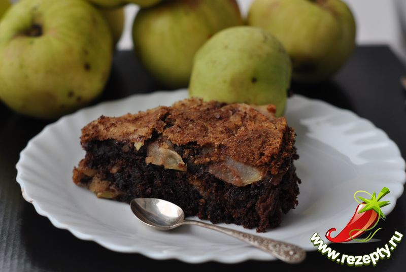 Готовый пирог немного остудить, перевернуть на блюдо, чтобы яблоки оказались сверху, нарезать на кусочки