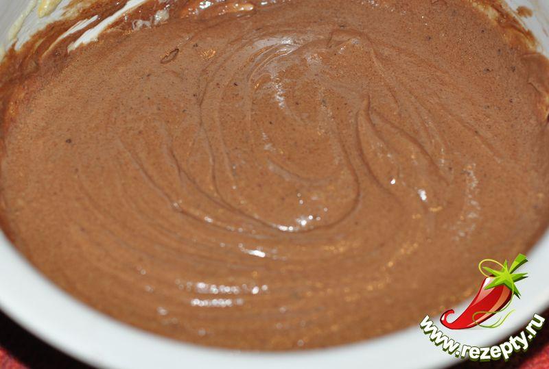Влить шоколадную массу, перемешать