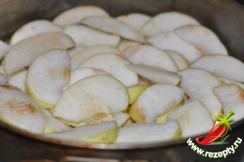 Яблоки нарезать дольками, выложить в форму ровным слоем, поставить в разогретую до 200С духовку на 10 минут